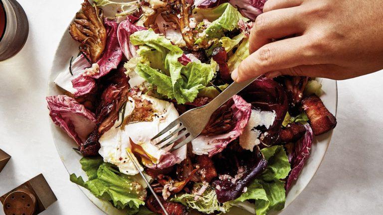 Salade à la chicorée, au bacon et aux œufs pochés