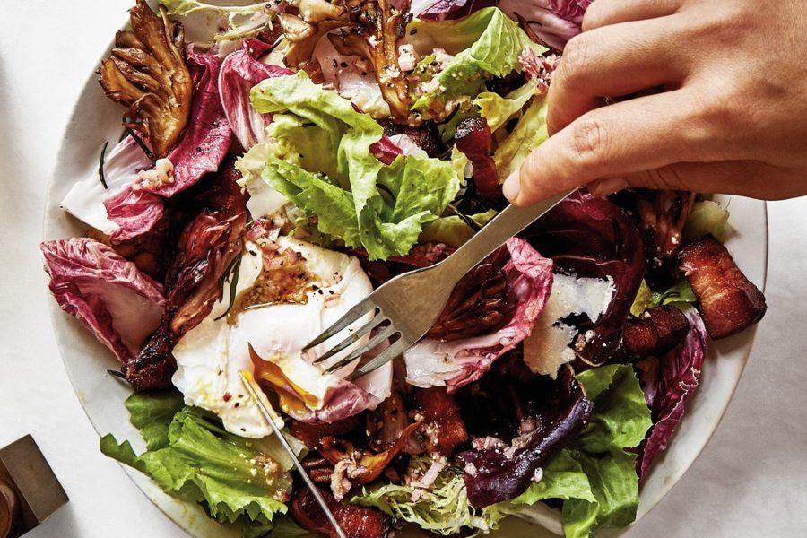 <pre>Salade à la chicorée, au bacon et aux œufs pochés