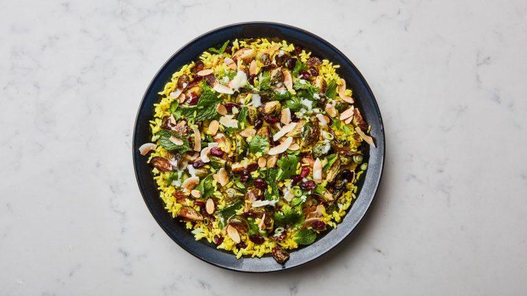 Salade de riz au curcuma avec des choux de Bruxelles rôtis