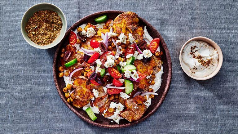 Pommes de terre frites croustillantes et pois chiches avec salade grecque