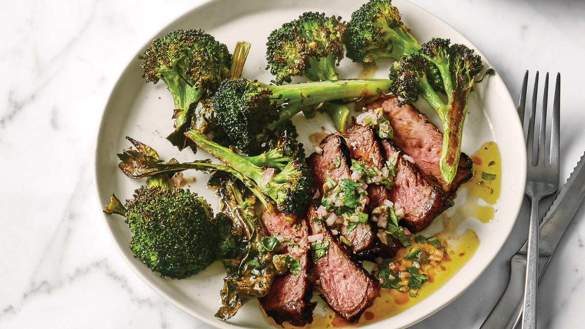 Steak pan-rôti avec le brocoli croustillant