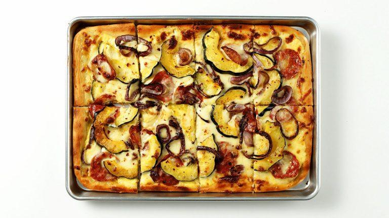 Pizza blanche crémeuse à la courge et sopressata