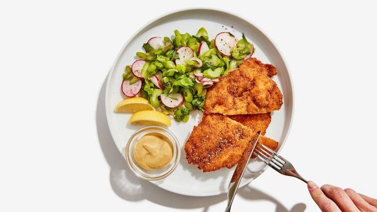Schnitzel au Poulet avec Salade Croquante