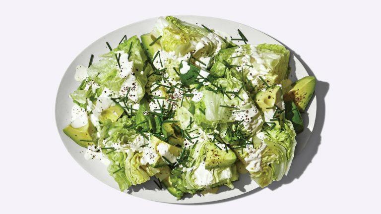 Petite salade compensée avec vinaigrette à la crème sure