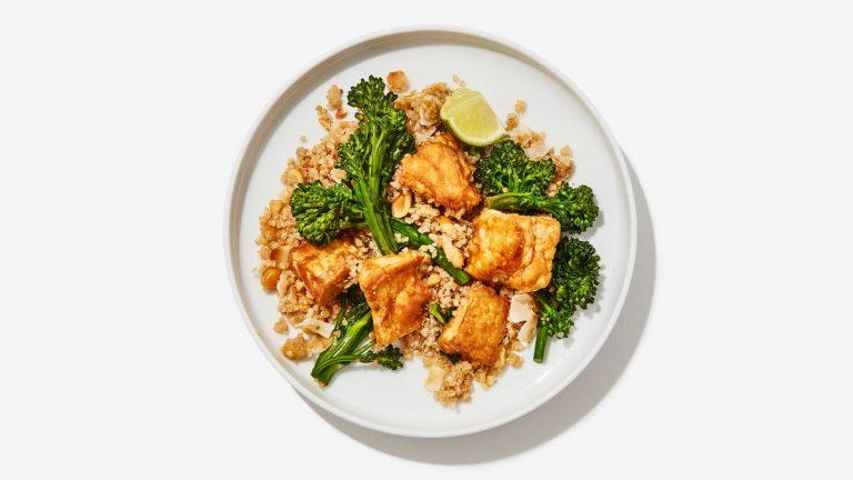 Tofu vraiment bon avec du quinoa à la noix de coco et du broccolini