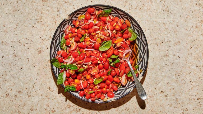 Salade De Tomates Aux Noix De Pin Et Mélasse De Grenade