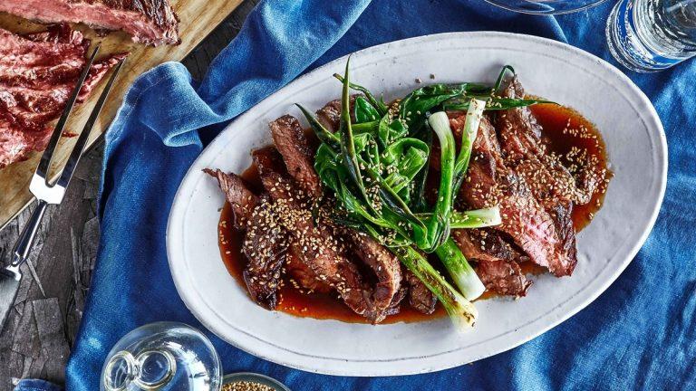 Bifteck de flanc et échalotes grillés