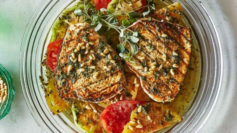 Espadon grillé avec tomates et origan