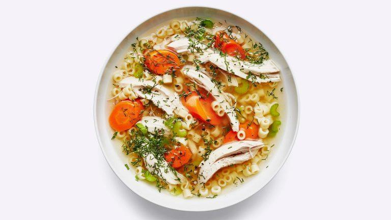 Soupe de poulet et nouilles classique