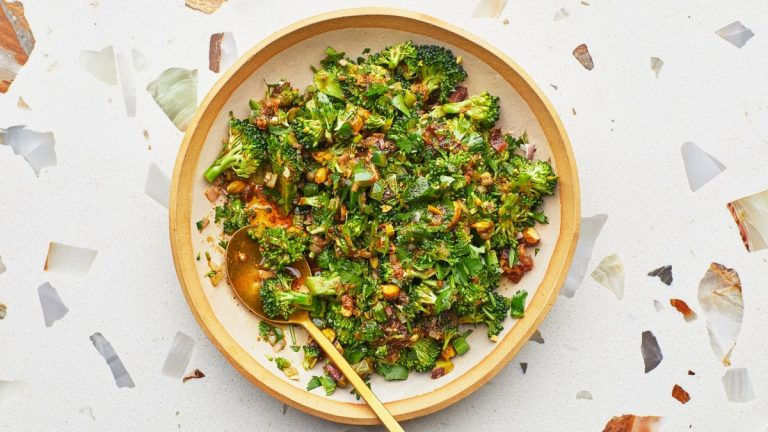 Salade de cuillère de brocoli avec vinaigrette tiède