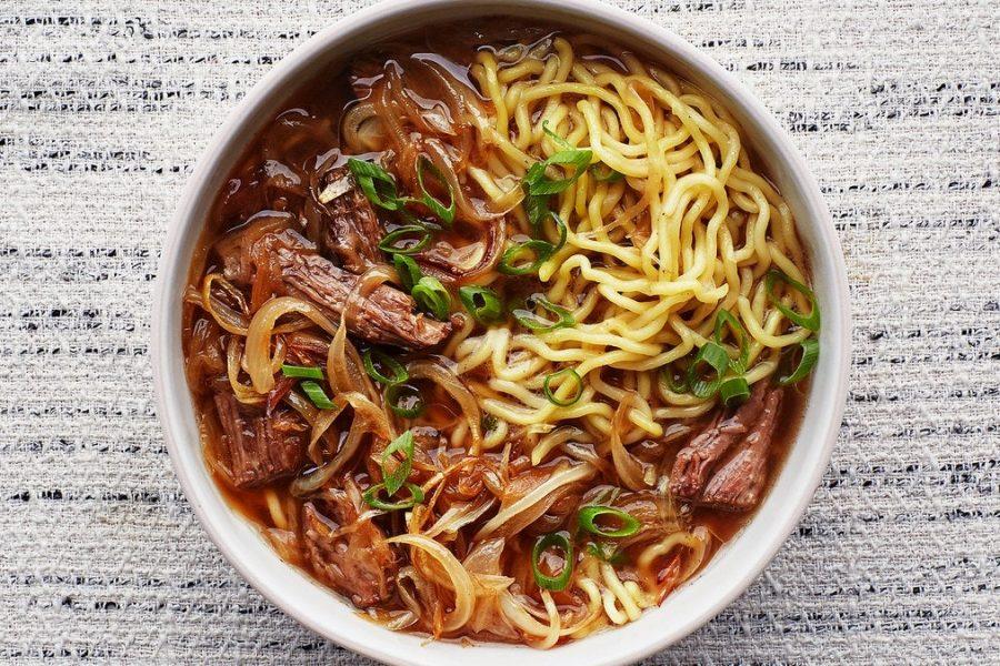 Soupe aux nouilles au bœuf et aux oignons