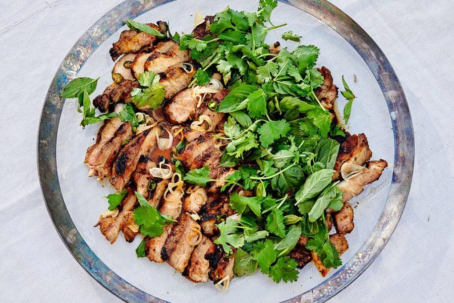 Biftecks d'épaule de porc grillés avec salade d'herbes