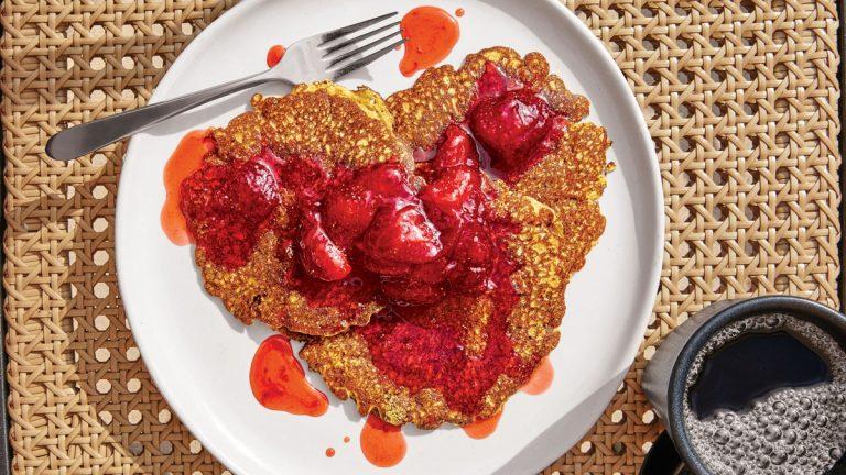 Crêpes de farine de maïs avec compote de fraises