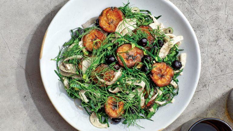 Salade de chou vert aux plantains frits et au sumac