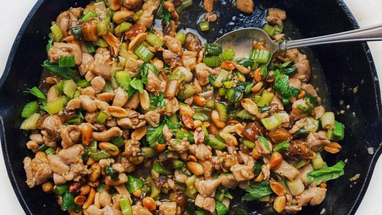 Sauté de poulet épicé au céleri et aux arachides