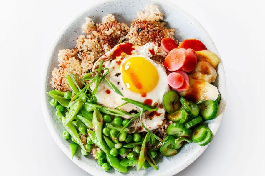 Bol de riz croustillant aux légumes de printemps