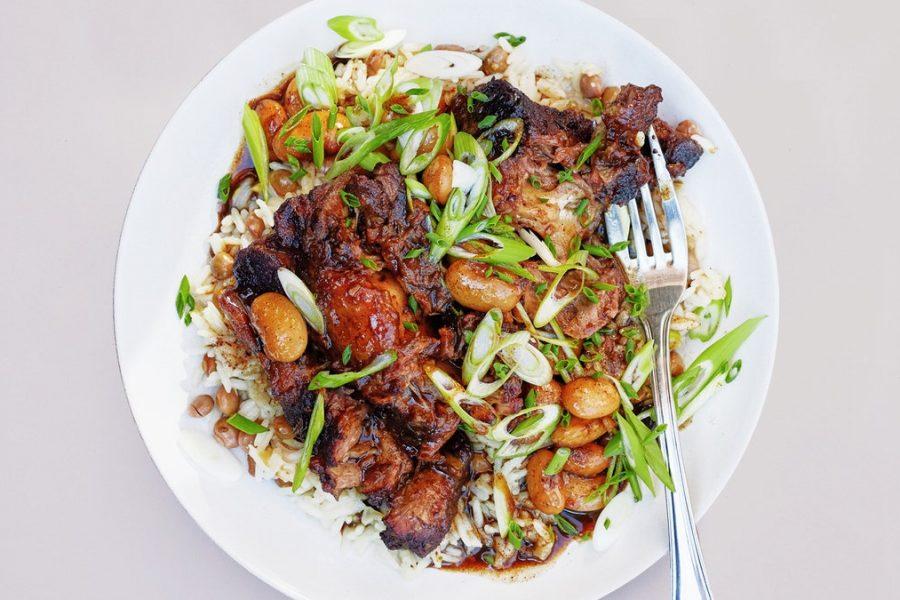 Queues de boeuf braisées au riz à la noix de cocoBoîtes de queue braisées au riz à la noix de coco