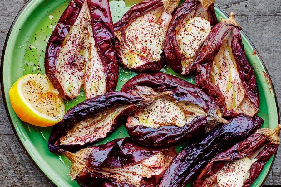 Aubergines grillées avec sauce au yogourt et tahini à l'ail