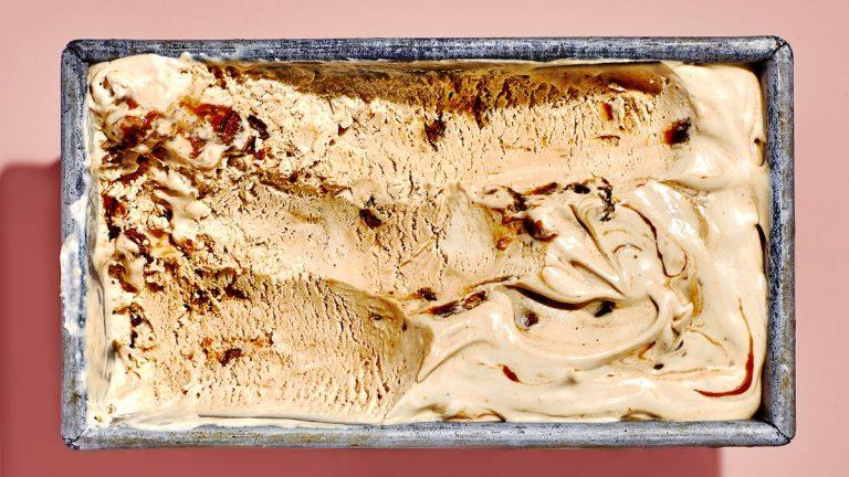 Crème glacée au beurre de miso et aux pacanes