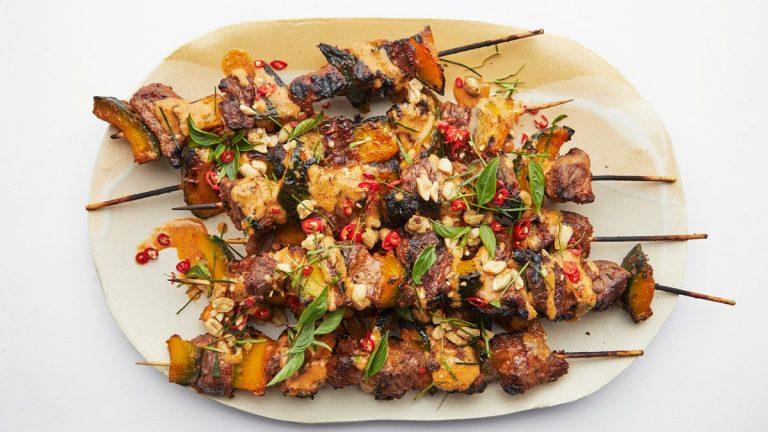 Brochettes de bœuf au curry et phanaeng avec potiron grillé