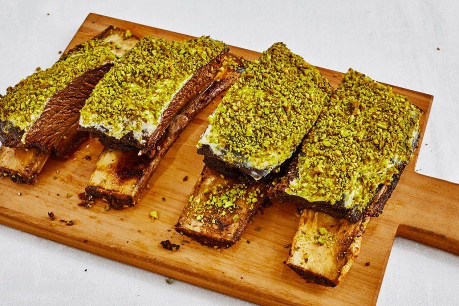 Rôti de côtes courtes au garam masala avec croûte de pistache