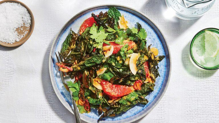 Salade de chou frisé cru et croustillant au gingembre et à la noix de coco