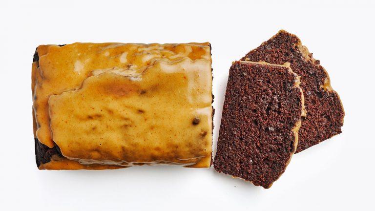 Gâteau épicé au chocolat et à la citrouille avec glaçage à la citrouille
