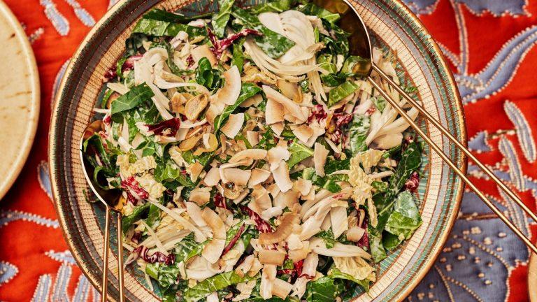 Salade de choux verts au fenouil mariné et noix de coco
