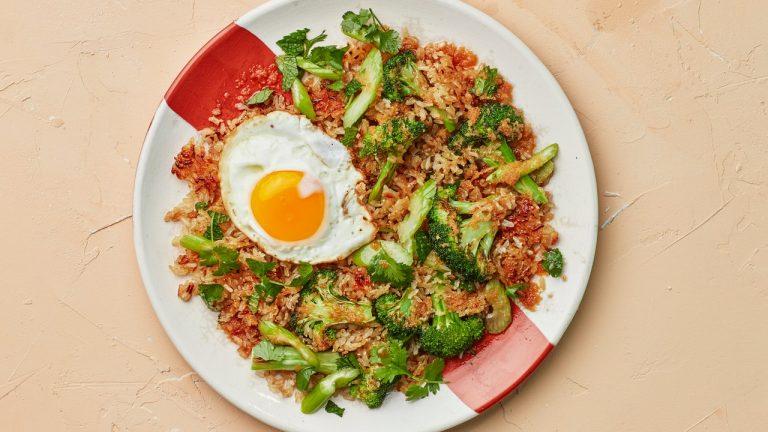 Riz croustillant avec salade de céleri au gingembre et aux agrumes