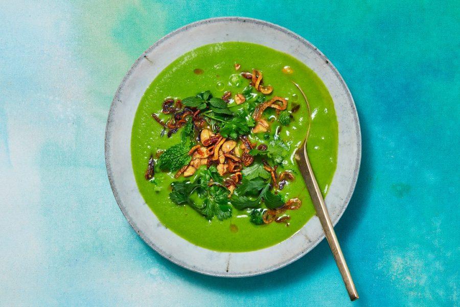 Soupe de brocoli au curcuma, arachides et échalotes croustillantes