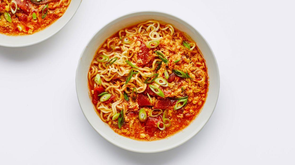 Soupe de nouilles aux tomates et aux œufs