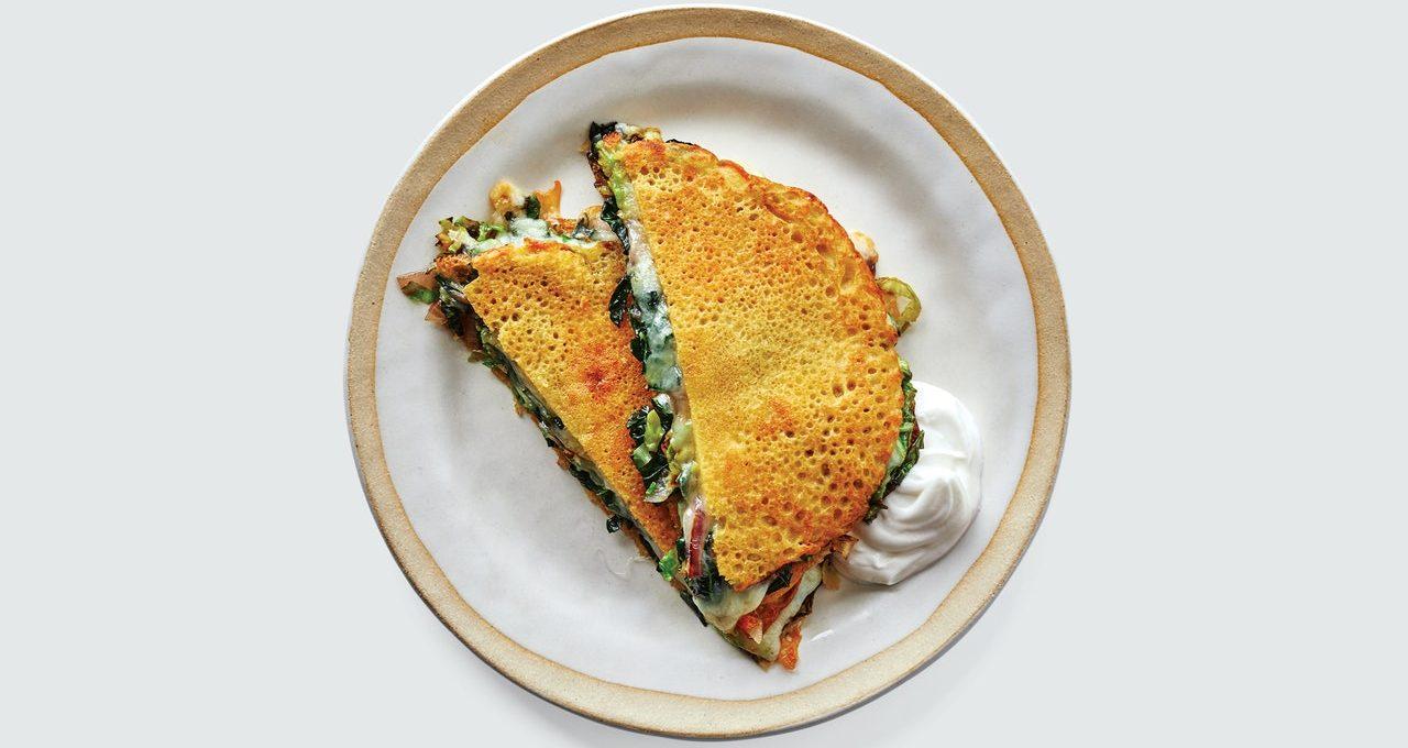 Crêpes aux pois chiches aux légumes verts et au fromage