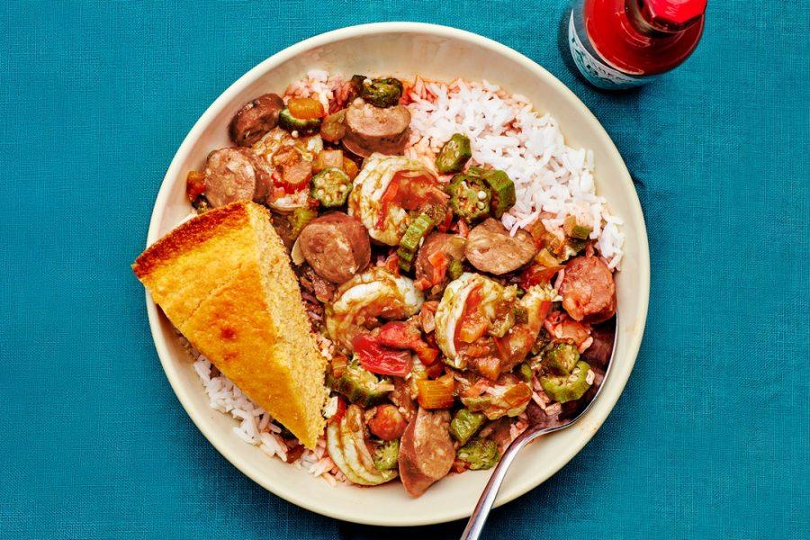 Crevettes et gombo avec saucisse