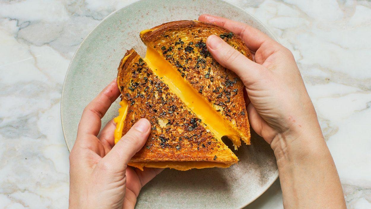 Fromage grillé au pain à l'ail