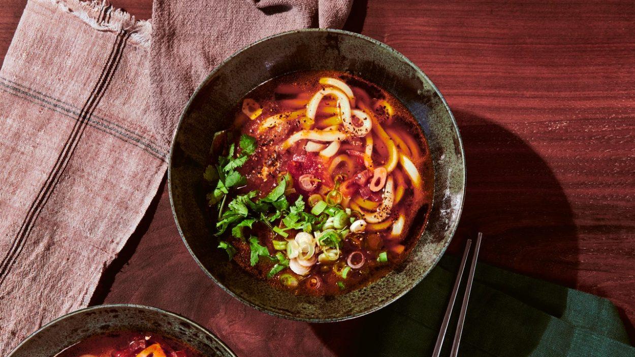 Udon dans un bouillon de tomates au beurre et de soja