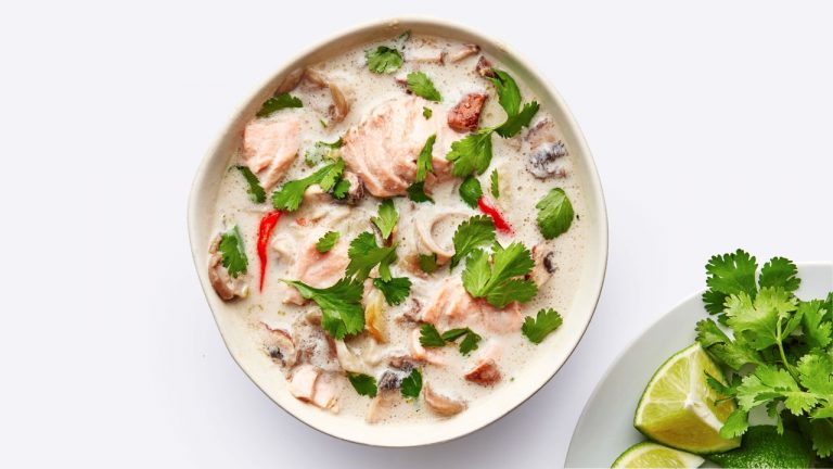 Soupe au saumon et à la noix de coco