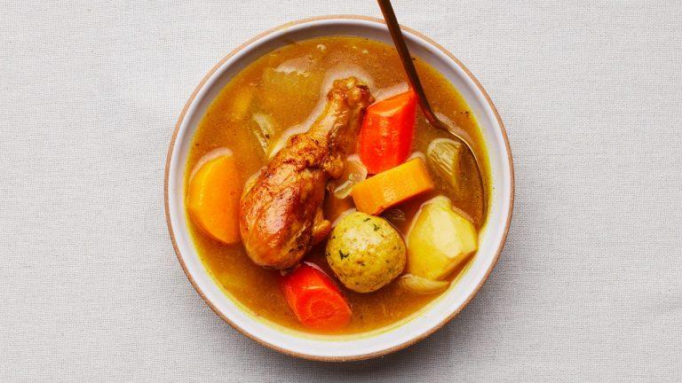Soupe aux boulettes de matzo au poulet yéménite