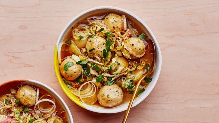 Soupe végétarienne aux boulettes de matzo au chou caramélisé