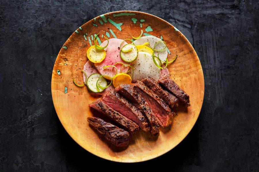 Faux-filet de bison aux légumes marinés