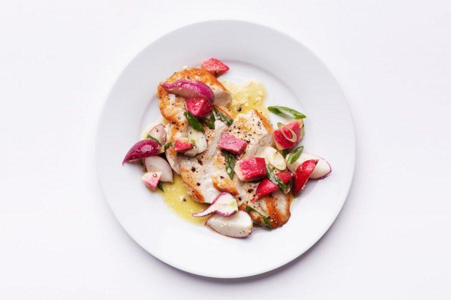 Poitrines de poulet poêlées avec salade de radis croquante