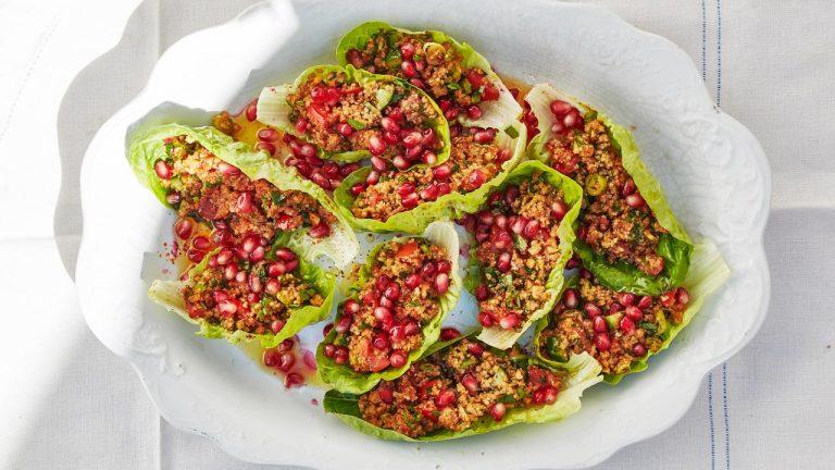 Kisir (salade épicée de boulgour dans des coupes de laitue)