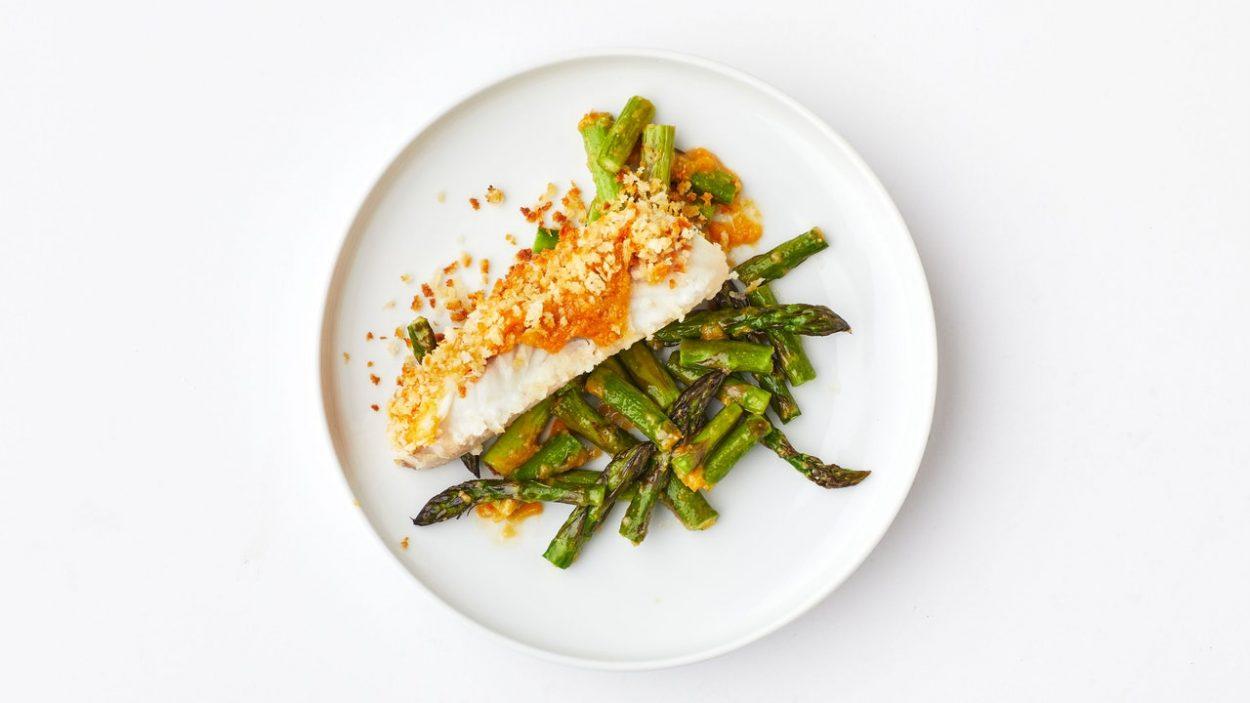 Poisson croustillant au beurre miso aux asperges