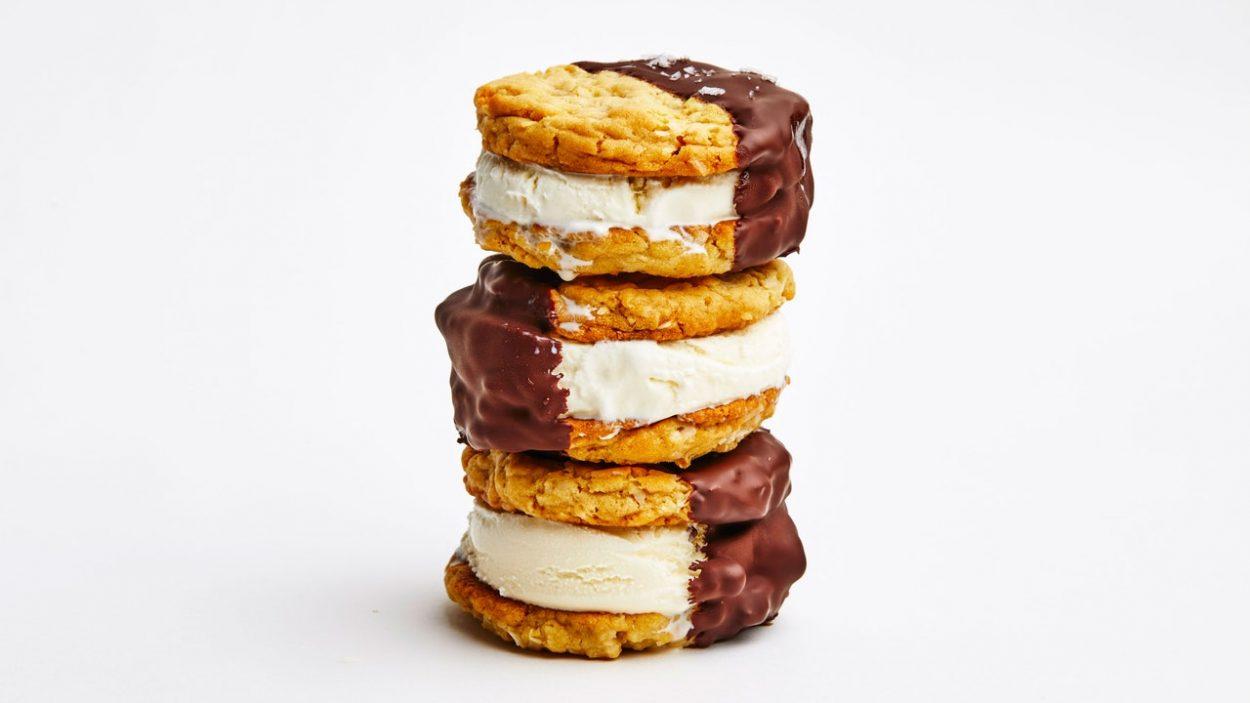 Sandwichs à la crème glacée à la noix de coco avec coquille de chocolat salé