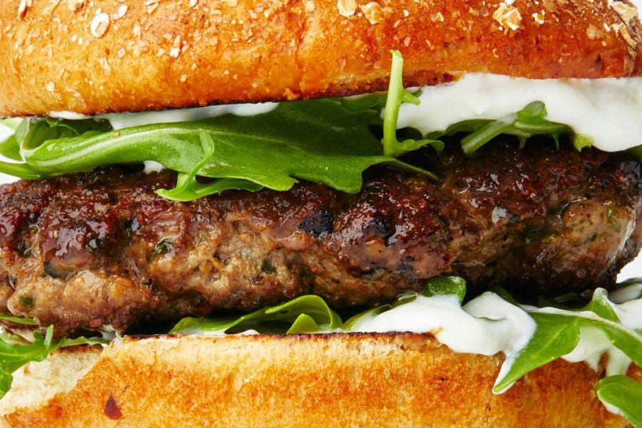 Burgers d'agneau avec sauce au yaourt et roquette