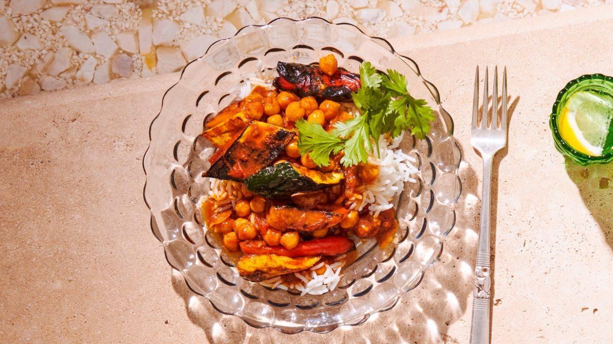 Courge d'été grillée en sauce avec pois chiches