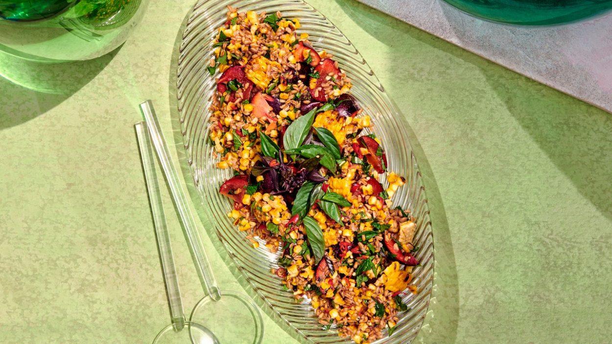 Salade de maïs, prunes et farro avec vinaigrette Nuoc Cham