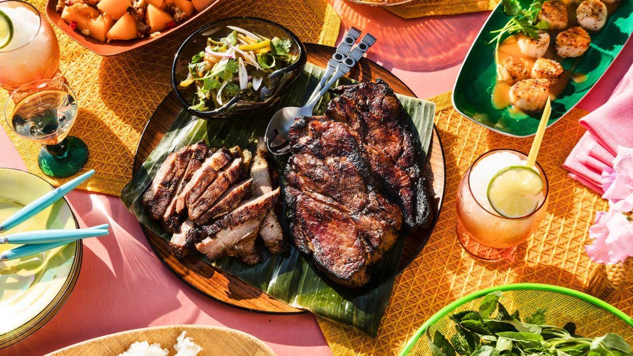 Steaks d'épaule de porc grillés avec relish de poivrons verts