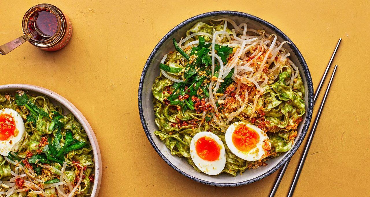 Nouilles à la sauce au basilic thaï avec œufs confits