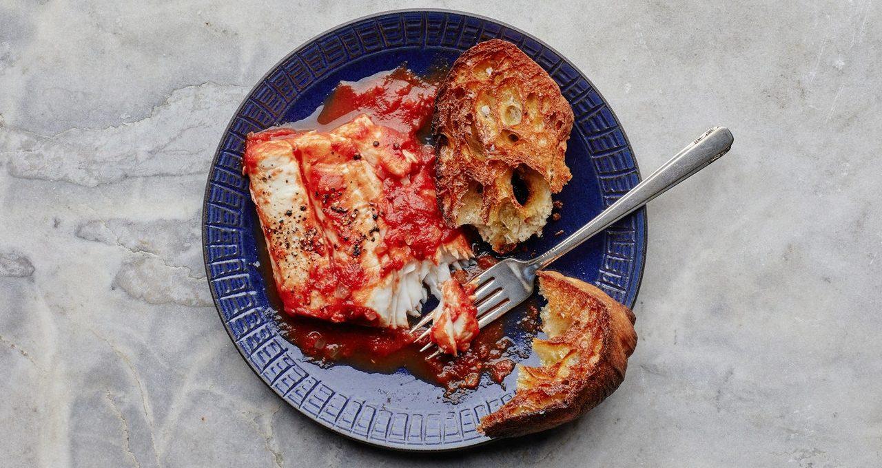 Poisson braisé aux tomates et aux épices