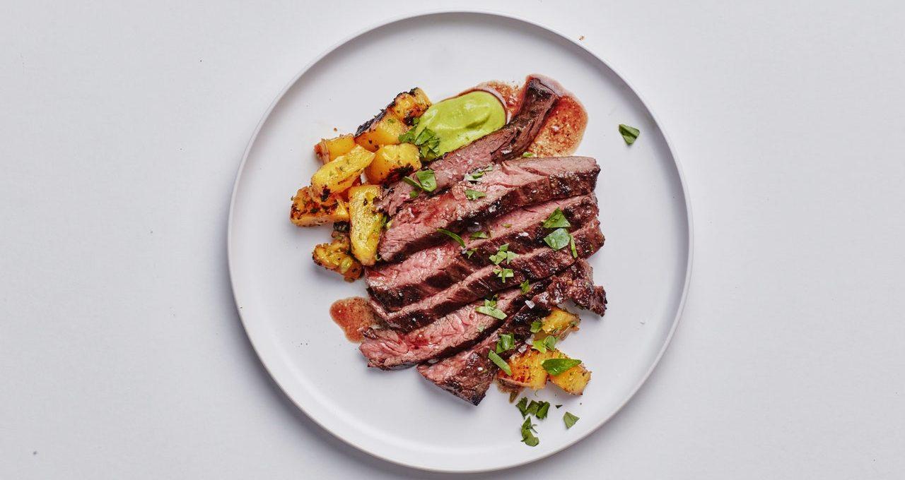 Steak de jupe avec soupe d'ananas grillé